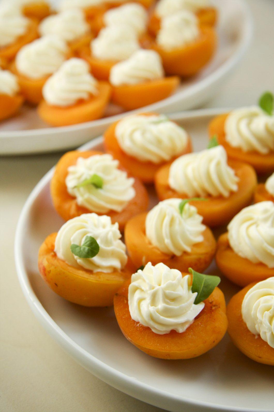 pilditas-aprikozes-ar-rikota-sieru